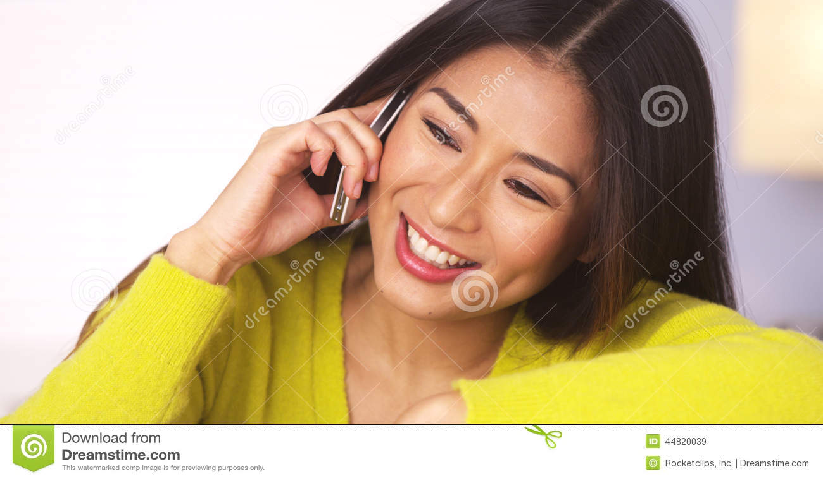 Donna giapponese felice che parla sullo smartphone