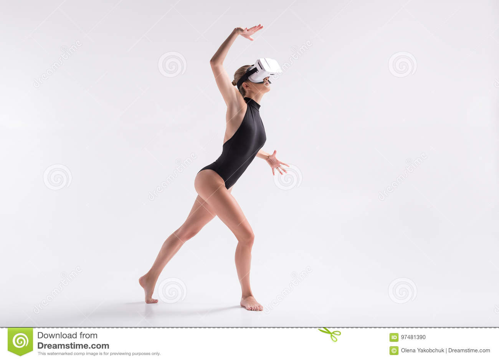 Donna giovanile scura che simula ballo dagli occhiali di protezione