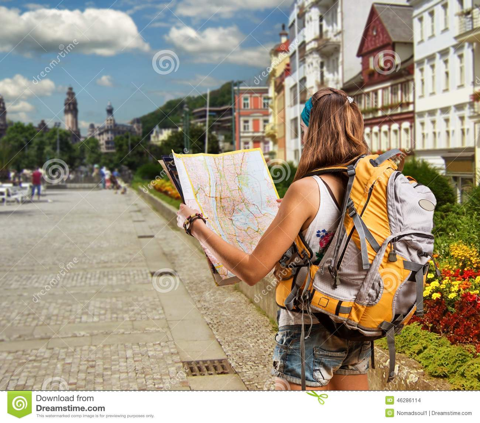 Download Donna Graziosa Del Viaggiatore Con Lo Zaino In Una Città Fotografia Stock - Immagine di casa, parco: 46286114