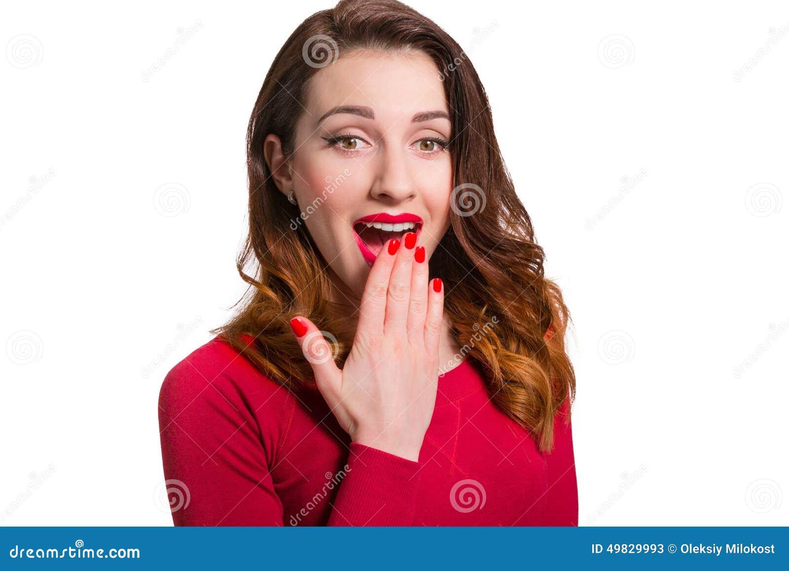 Donna graziosa nel rosso che distoglie lo sguardo intimorito sorpresa con il ope della bocca