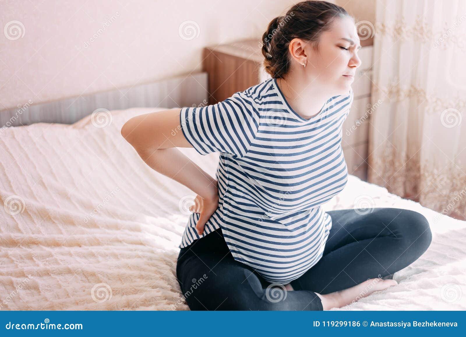 Donna incinta che ha dolori posteriori, dolore