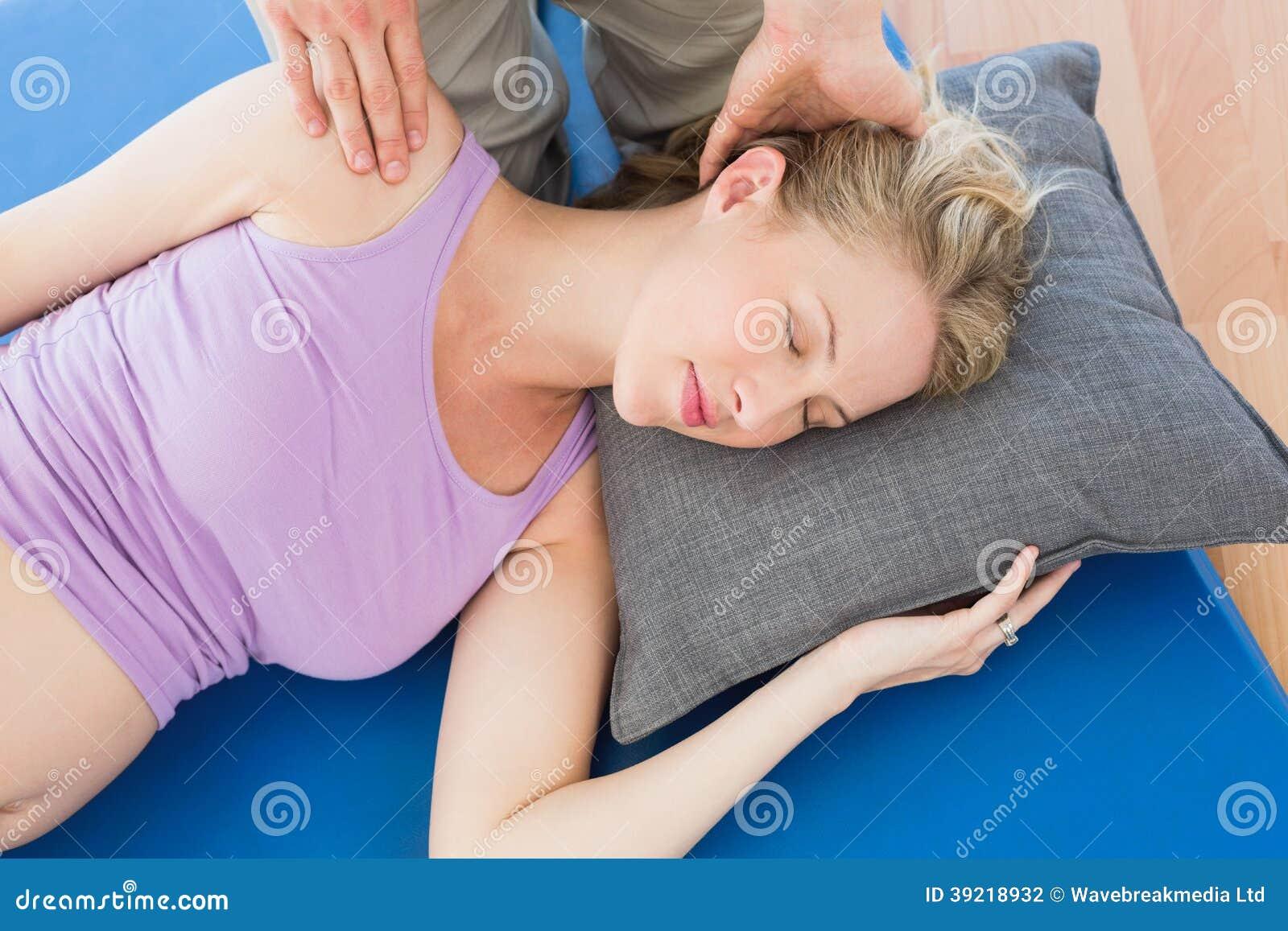 Donna incinta che ha un massaggio di rilassamento