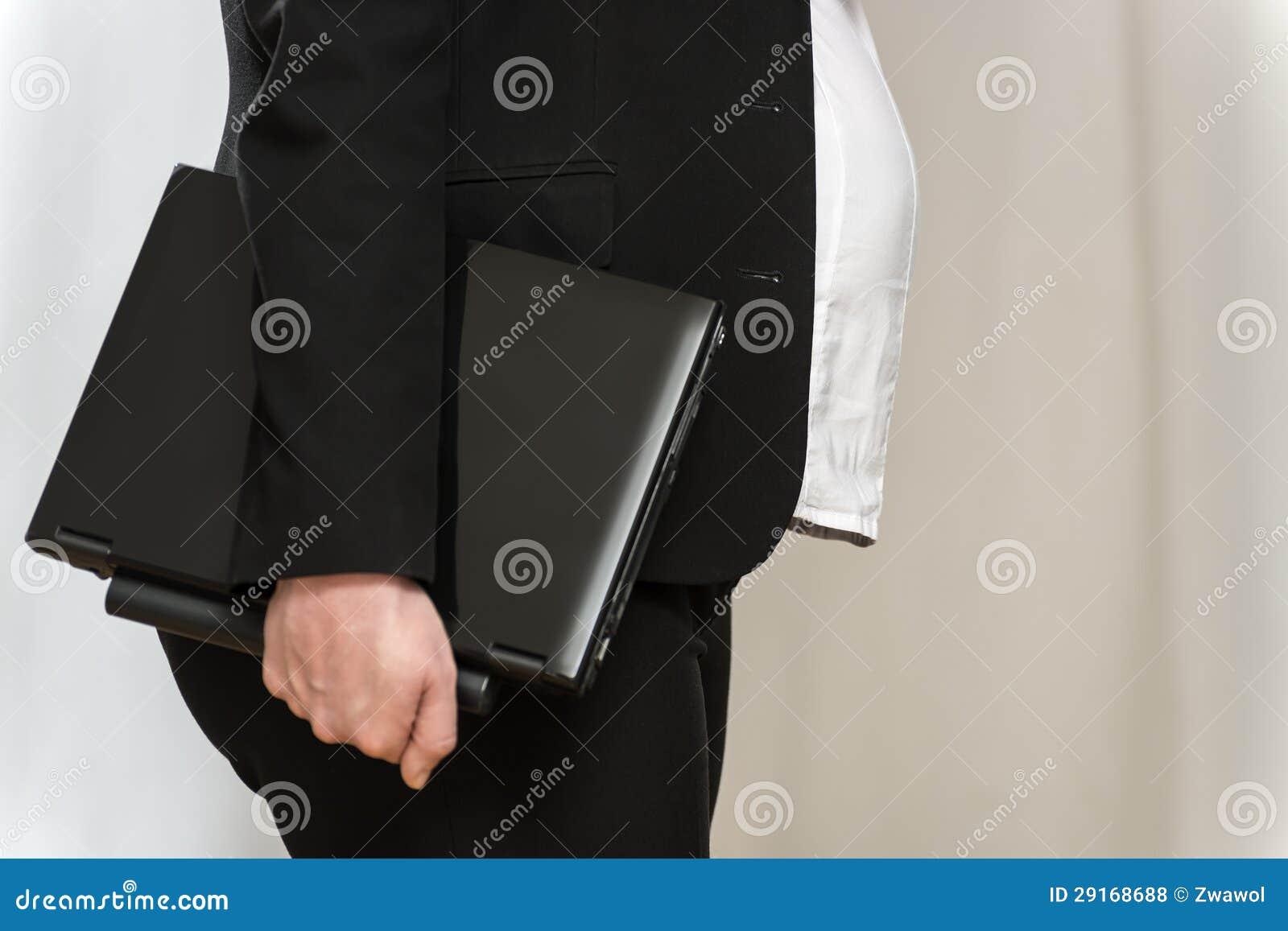 Donna incinta di affari con il computer portatile