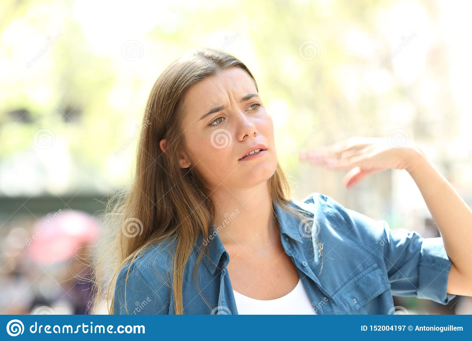 Donna infelice che smazza con il colpo di calore di sofferenza della mano