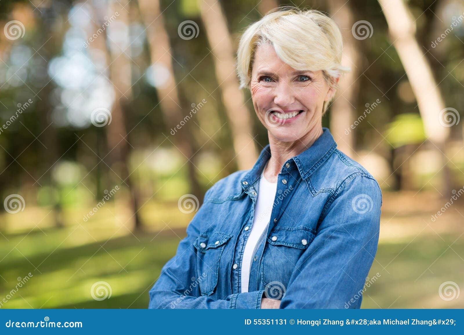 Donna invecchiata centrale