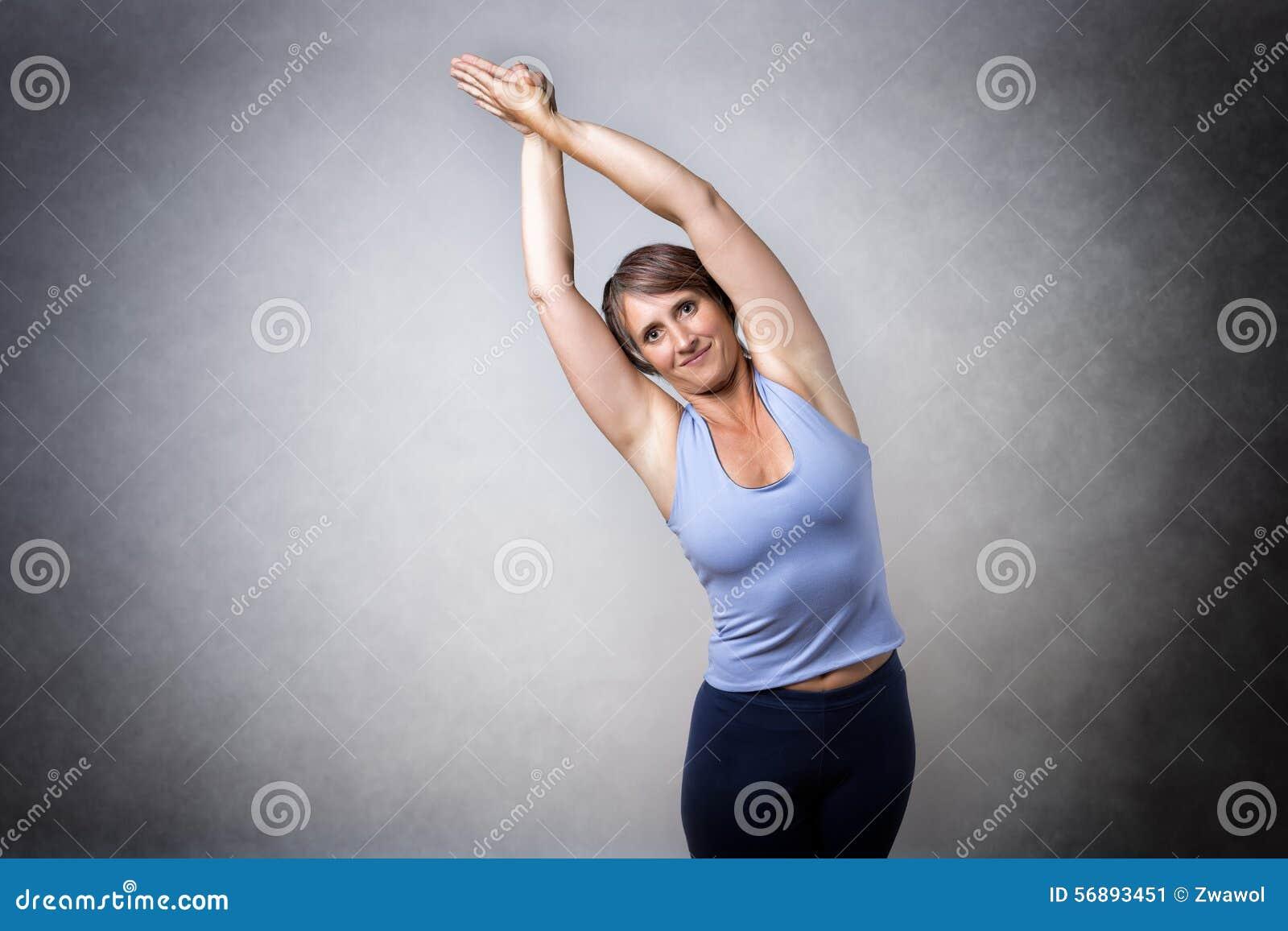 Donna invecchiata mezzo che fa allungamento