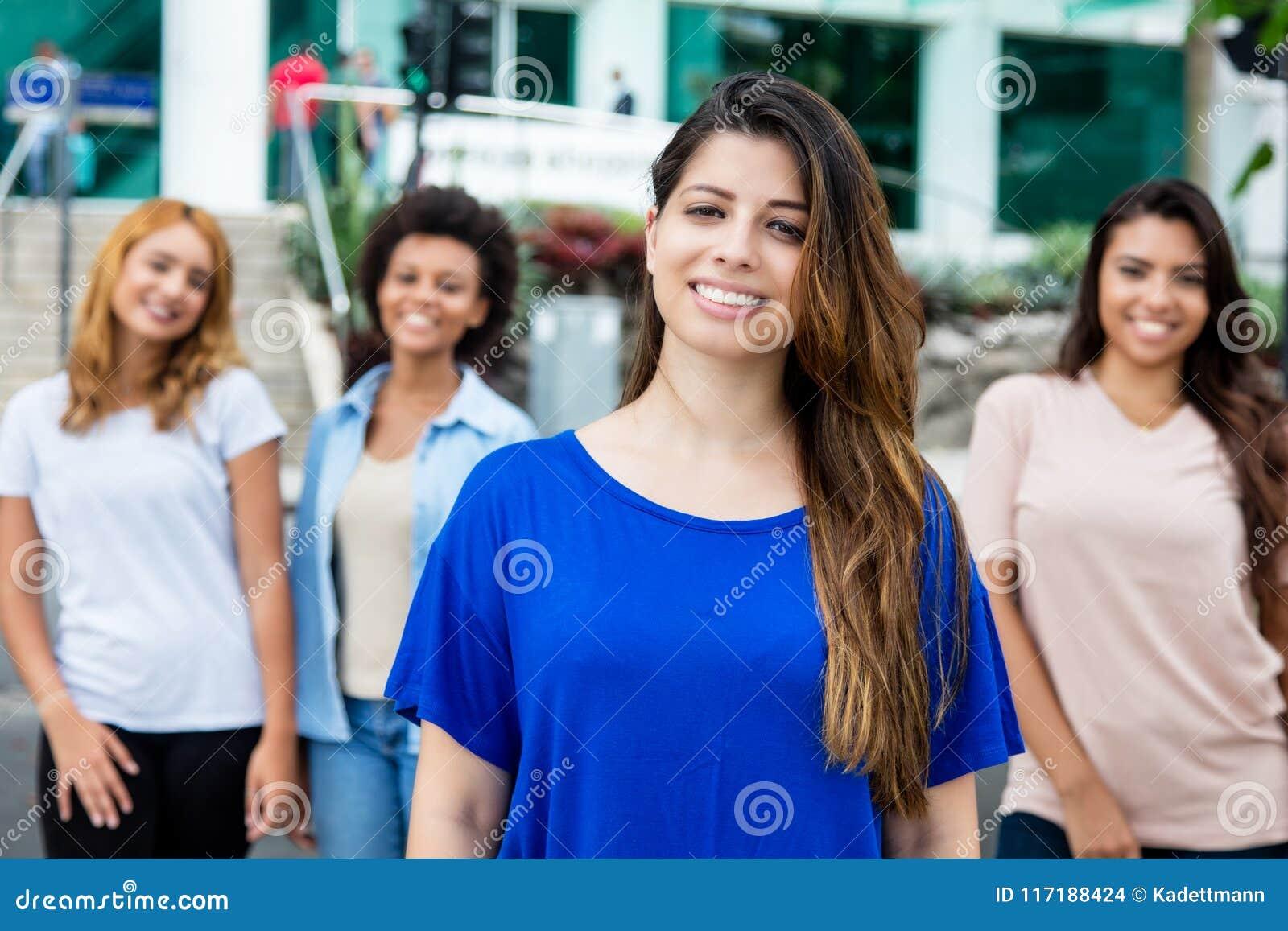 Donna ispana con Latino e ragazze ispanice ed africane