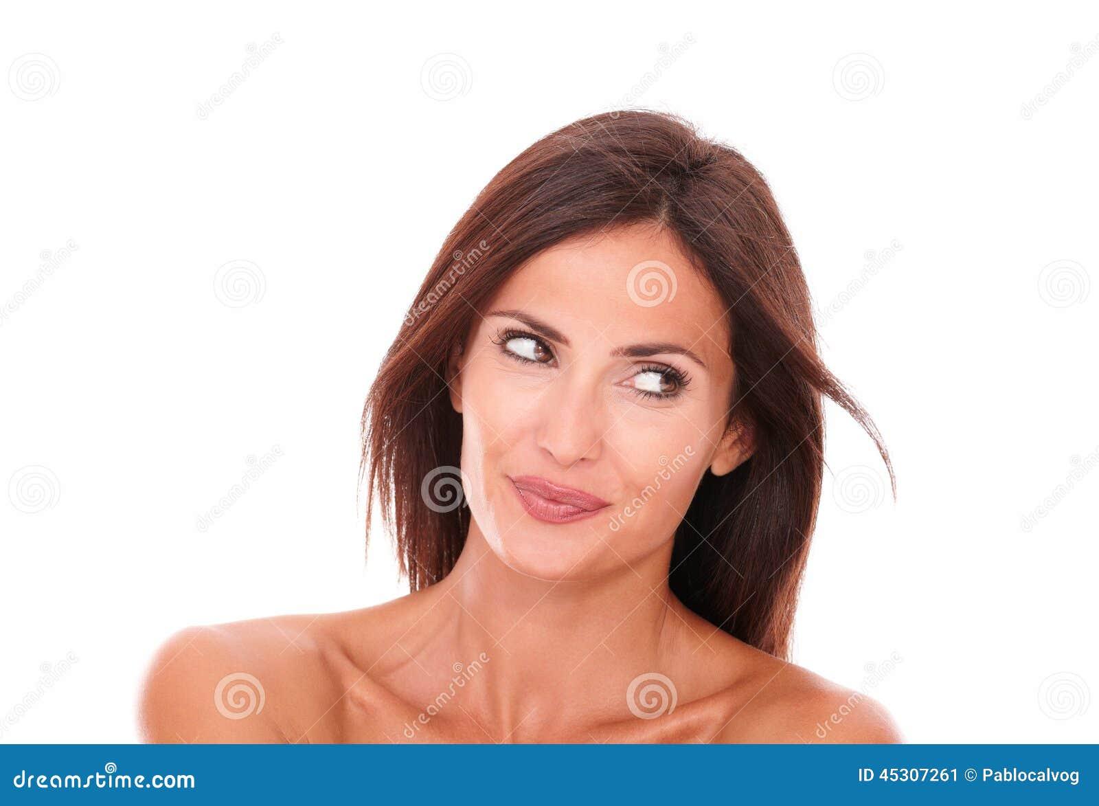 Donna ispanica affascinante che guarda a sua sinistra
