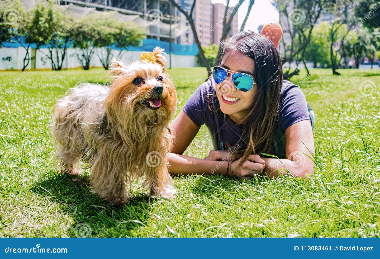 Donna latina con il suo Yorkshire terrier canino fedele dell amico