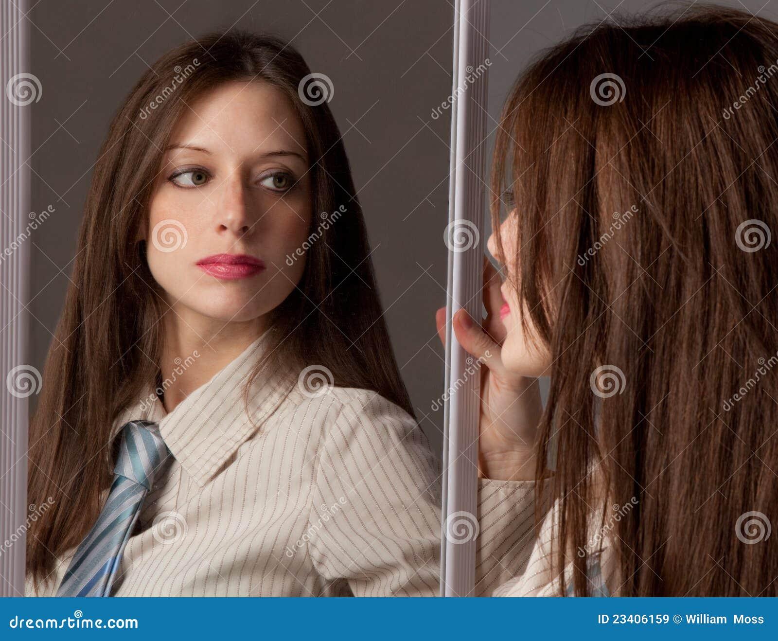 Donna in legame che osserva in specchio