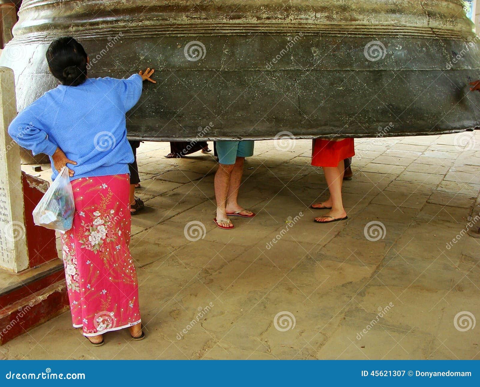 Donna locale che fa una pausa la campana di Mingun, Mandalay, Myanmar