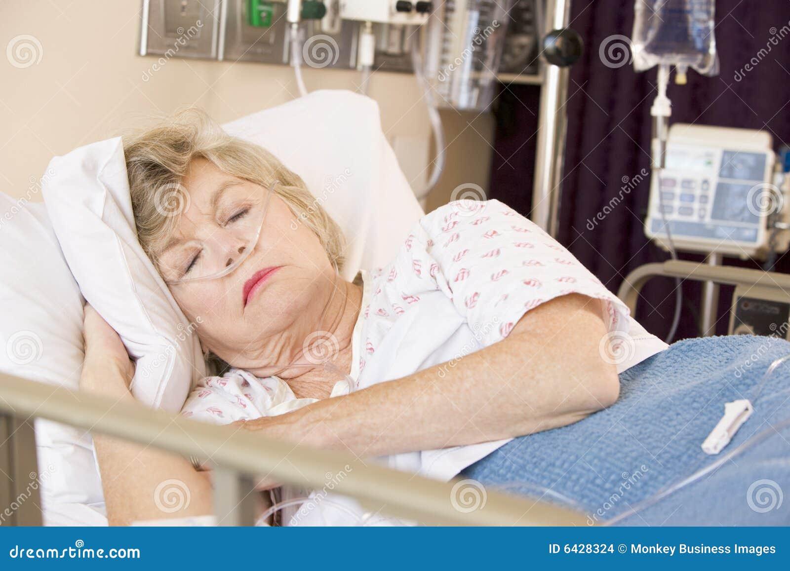 Donna maggiore che dorme nel letto di ospedale fotografia - Sognare cacca nel letto ...