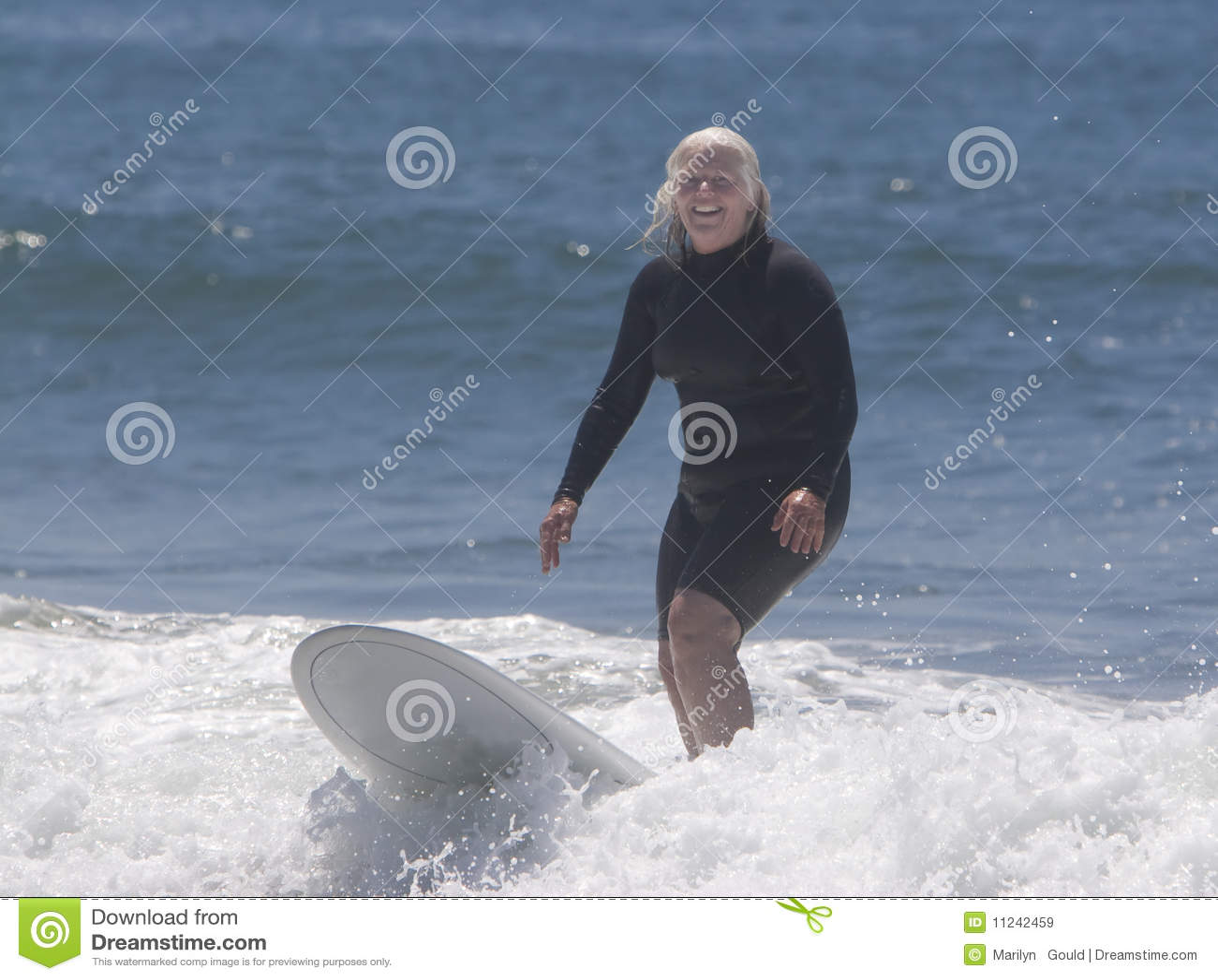 Donna maggiore che pratica il surfing