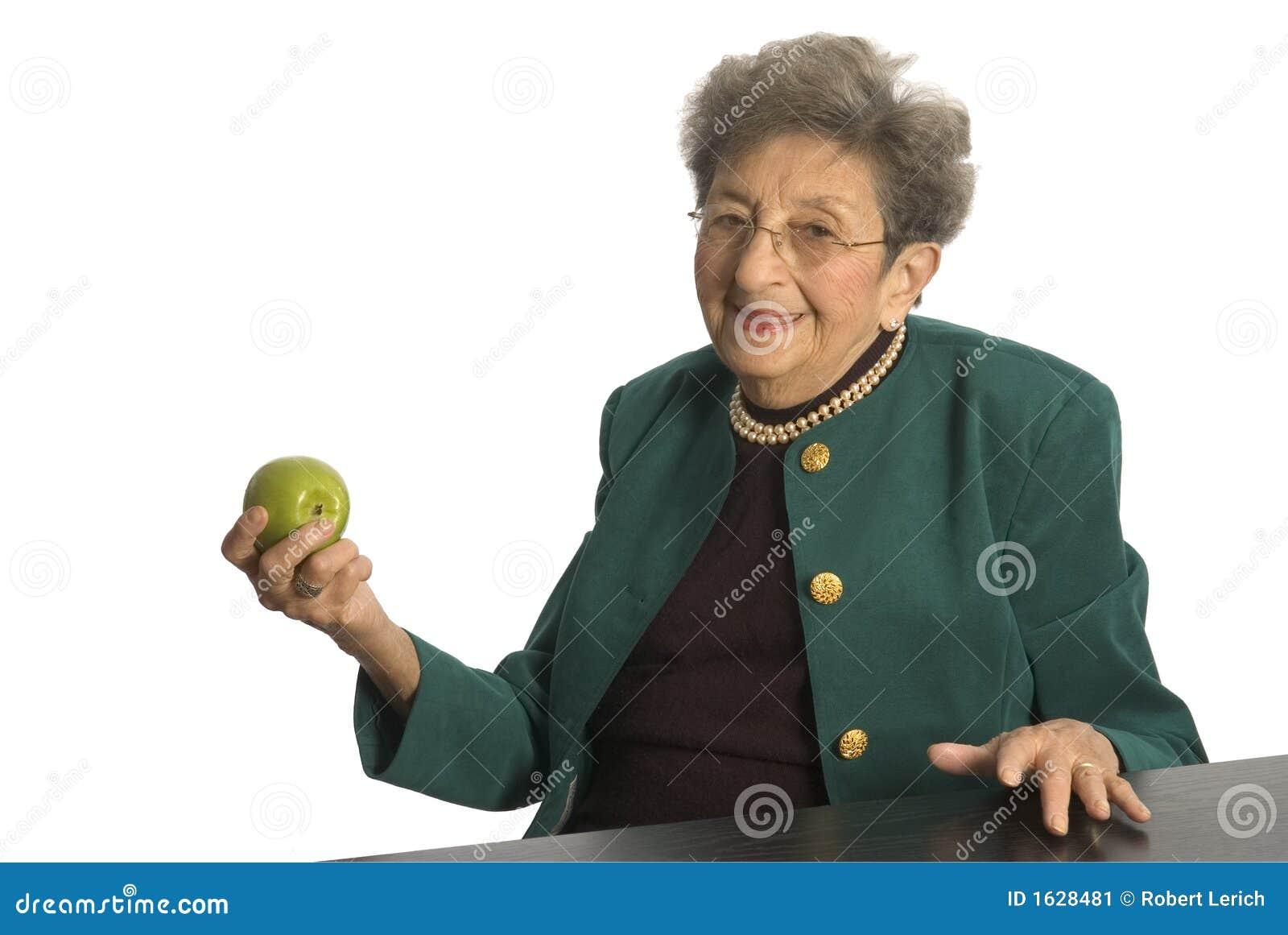 Donna maggiore con la mela