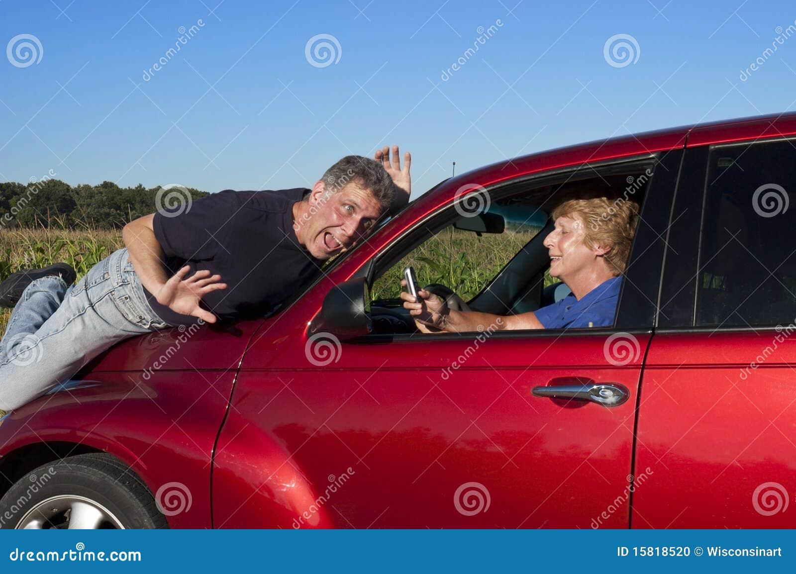 Donna maggiore Texting mentre determinando incidente stradale