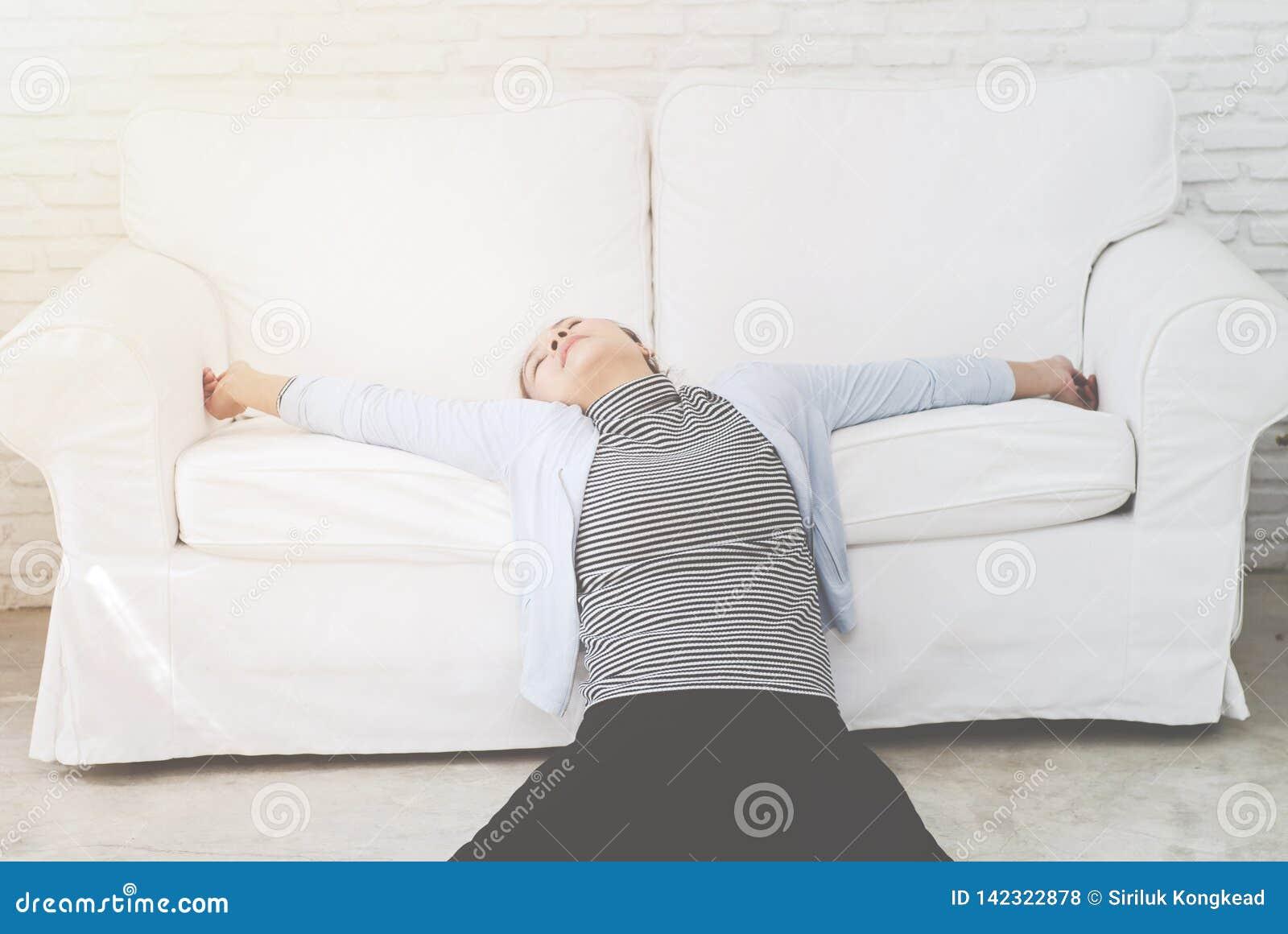 Donna malata che si trova sul letto