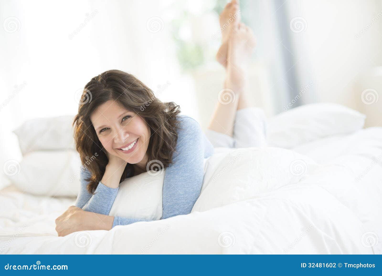 Donna matura allegra che si trova a letto fotografia stock immagine di people caucasico 32481602 - Letto che si chiude ...