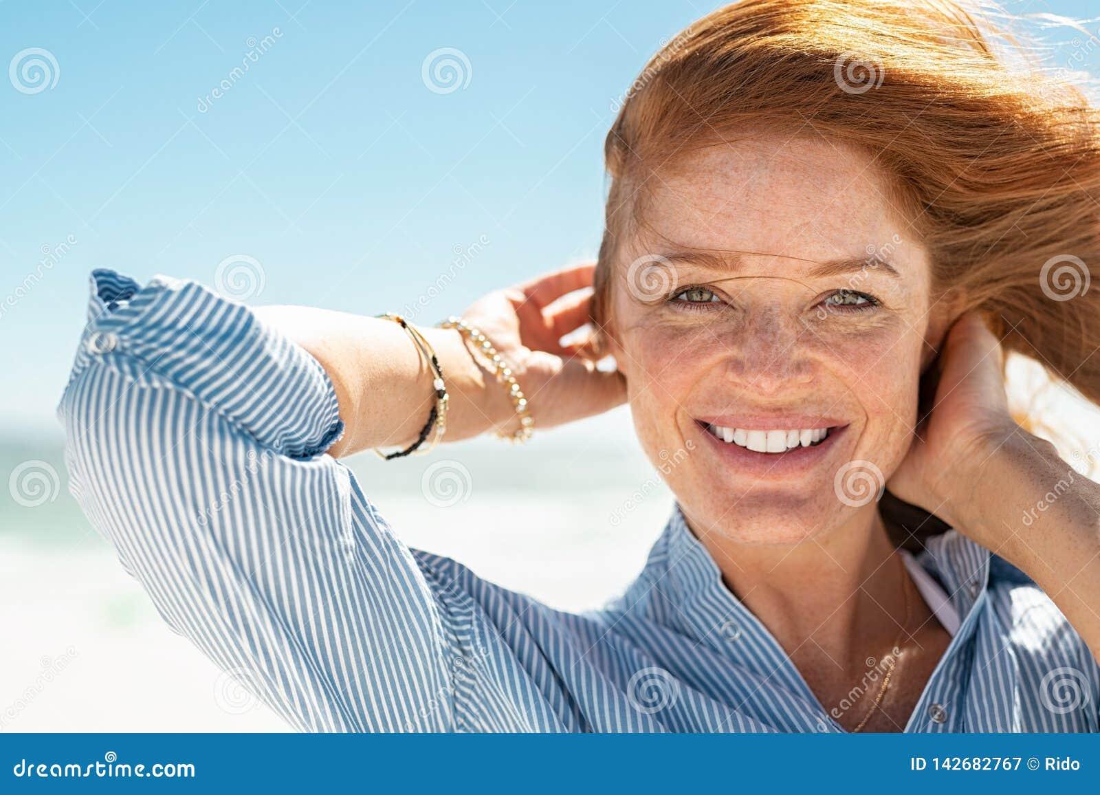 Donna Matura Sorridente Alla Spiaggia Immagine Stock ...
