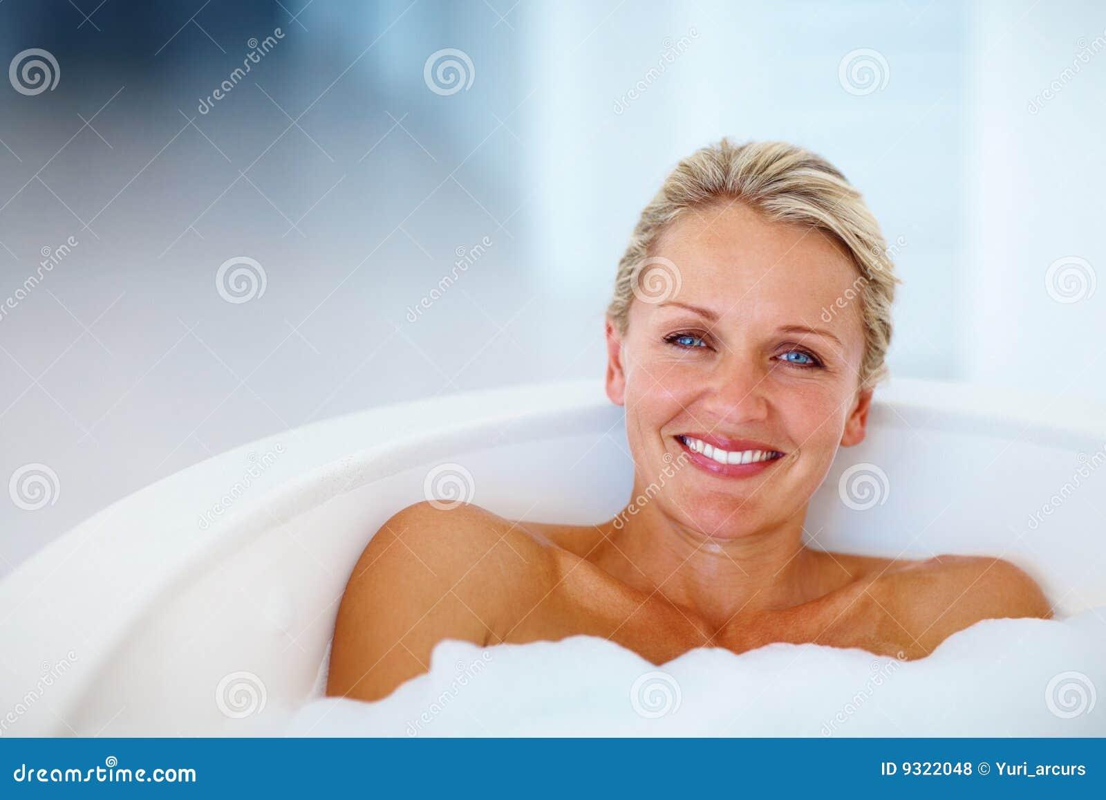 Fotografie stock libere da diritti cute mature woman relaxing in the bathtub immagine 9322048 - Mature in bagno ...
