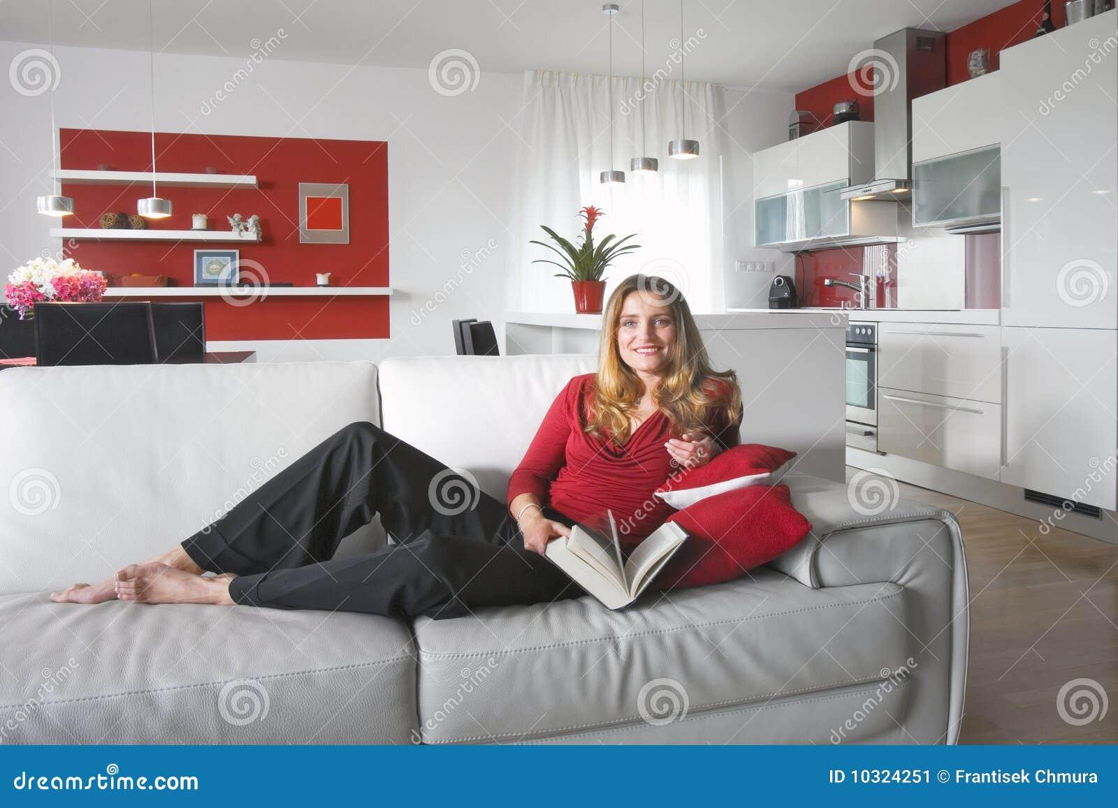 Donna moderna della cucina immagine stock. Immagine di ...