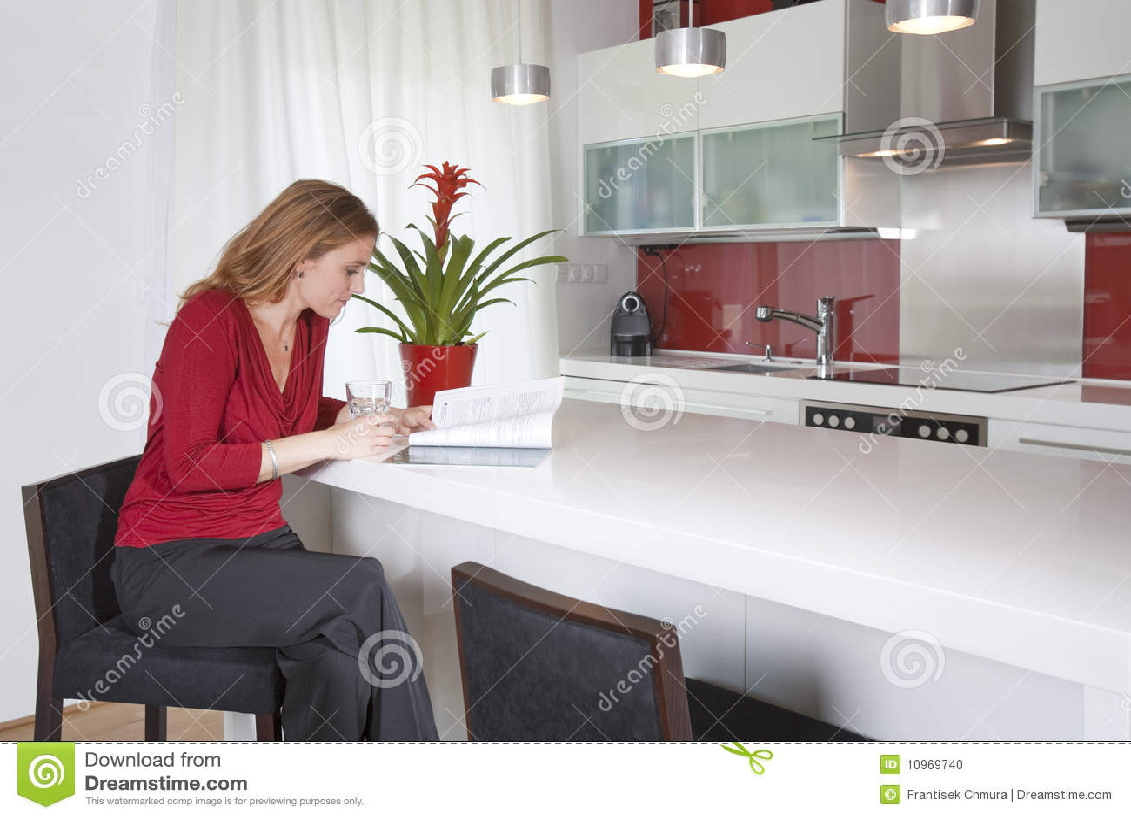 Donna moderna della cucina fotografia stock. Immagine di ...