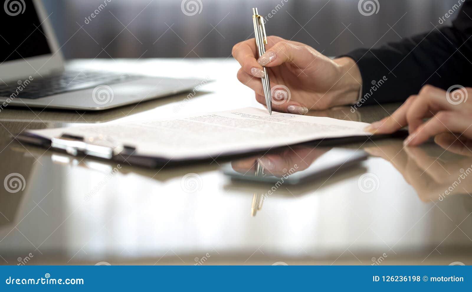 Donna nei termini e condizioni generali della lettura del vestito di accordo, contratto di firma