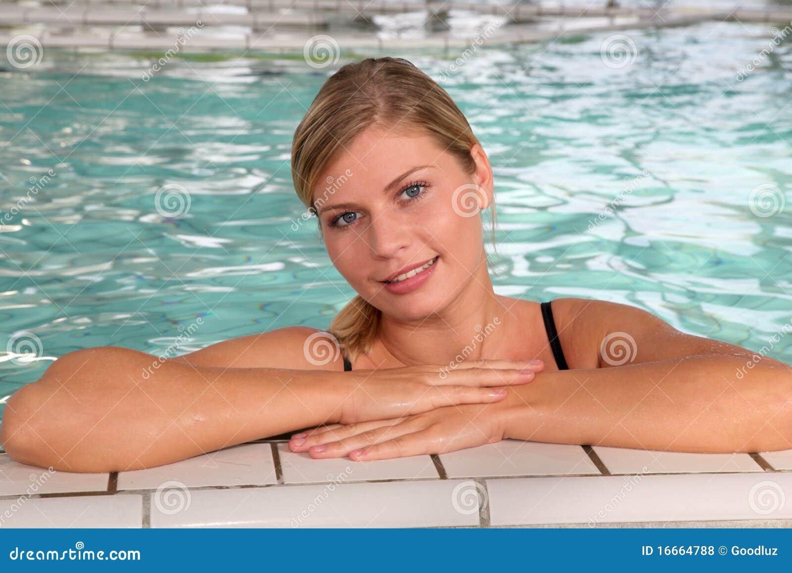 Donna nel bagno della stazione termale