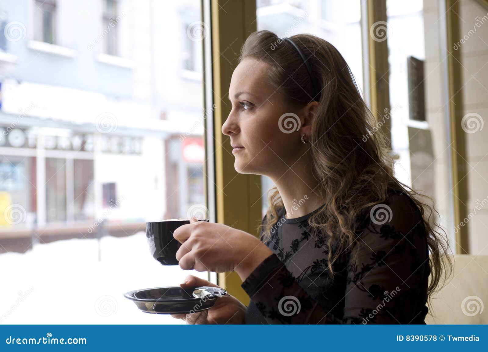 Donna nel caffè