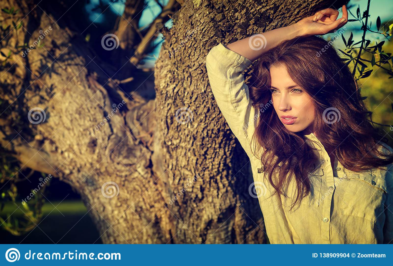 Donna nel giardino della Toscana