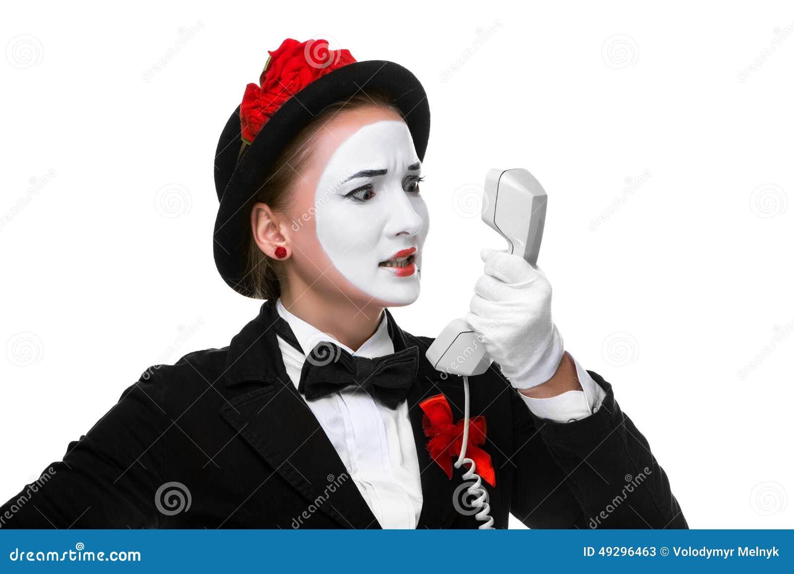 Donna nel mimo di immagine che tiene un microtelefono