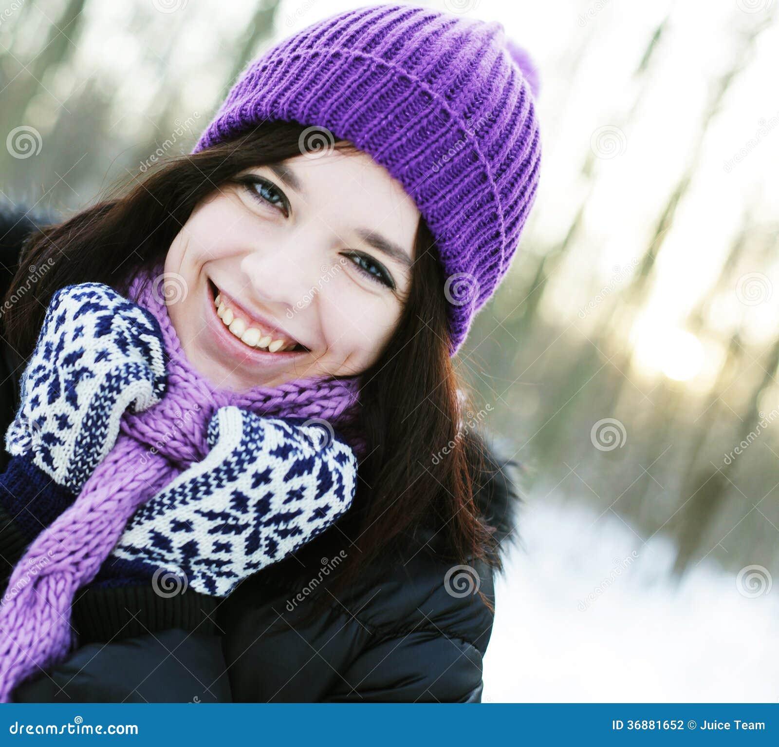 Download Donna nel parco di inverno fotografia stock. Immagine di faccia - 36881652