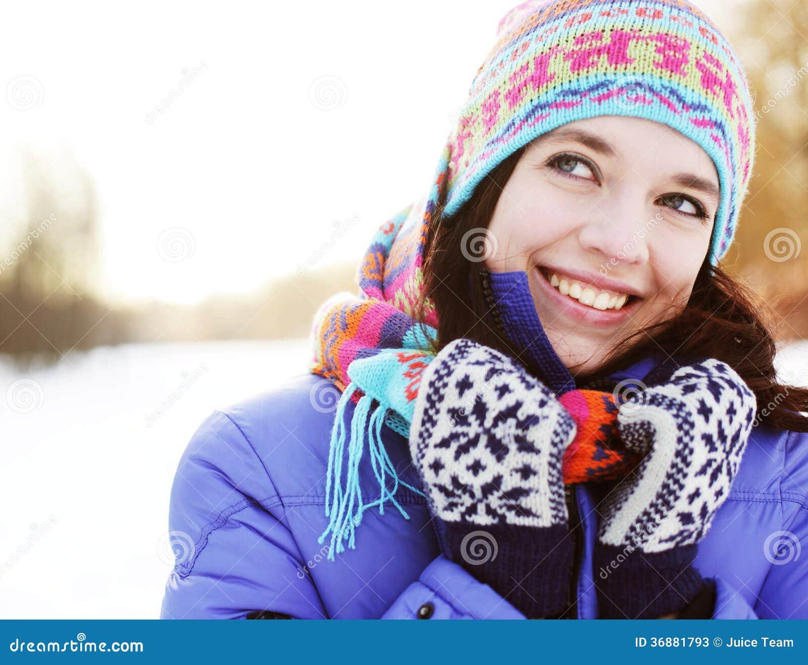 Download Donna nel parco di inverno immagine stock. Immagine di giorno - 36881793