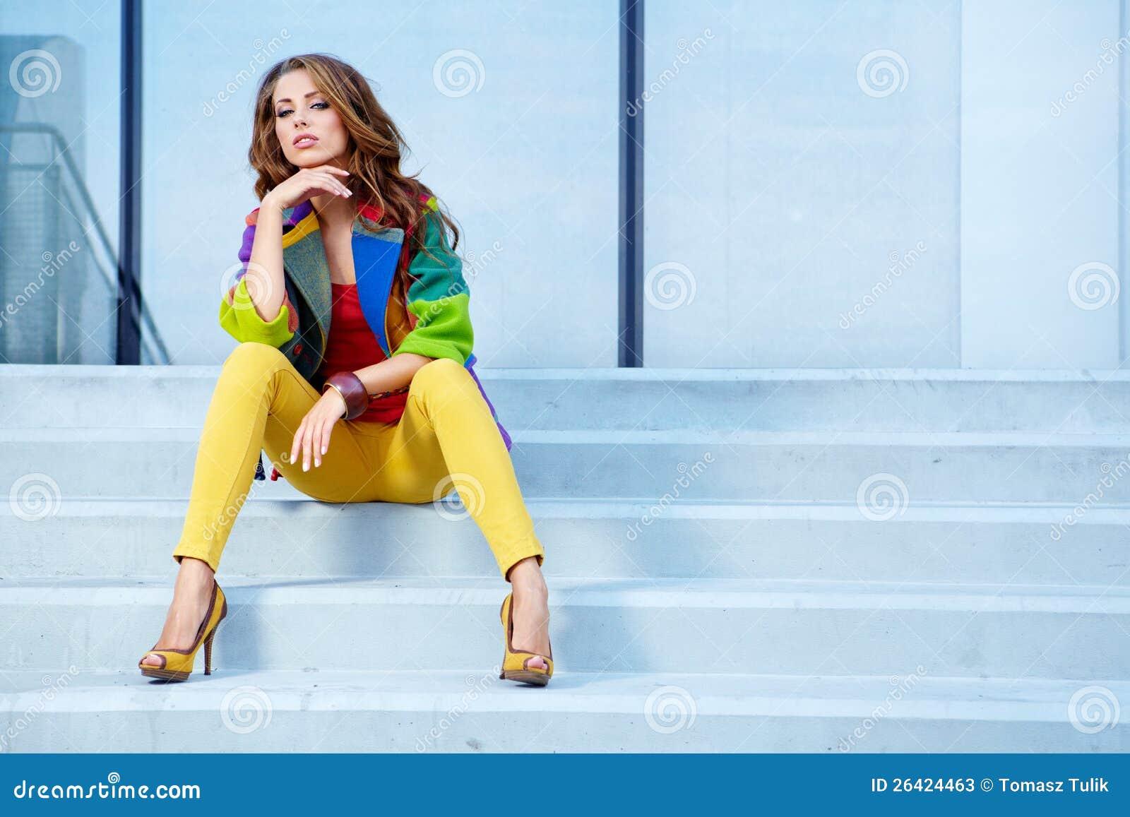 Donna nella città di autunno
