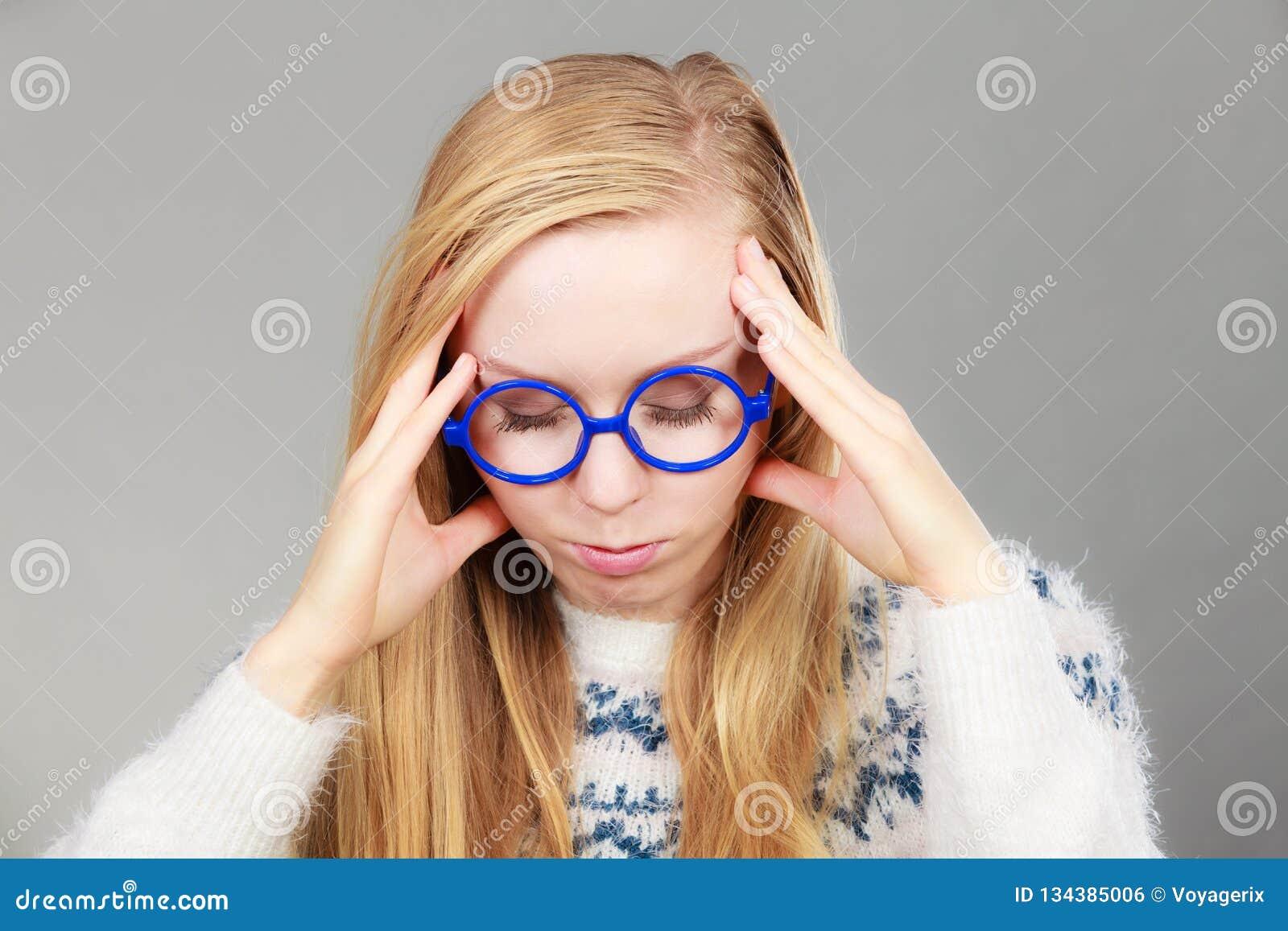 Donna nerd in grande testa della tenuta
