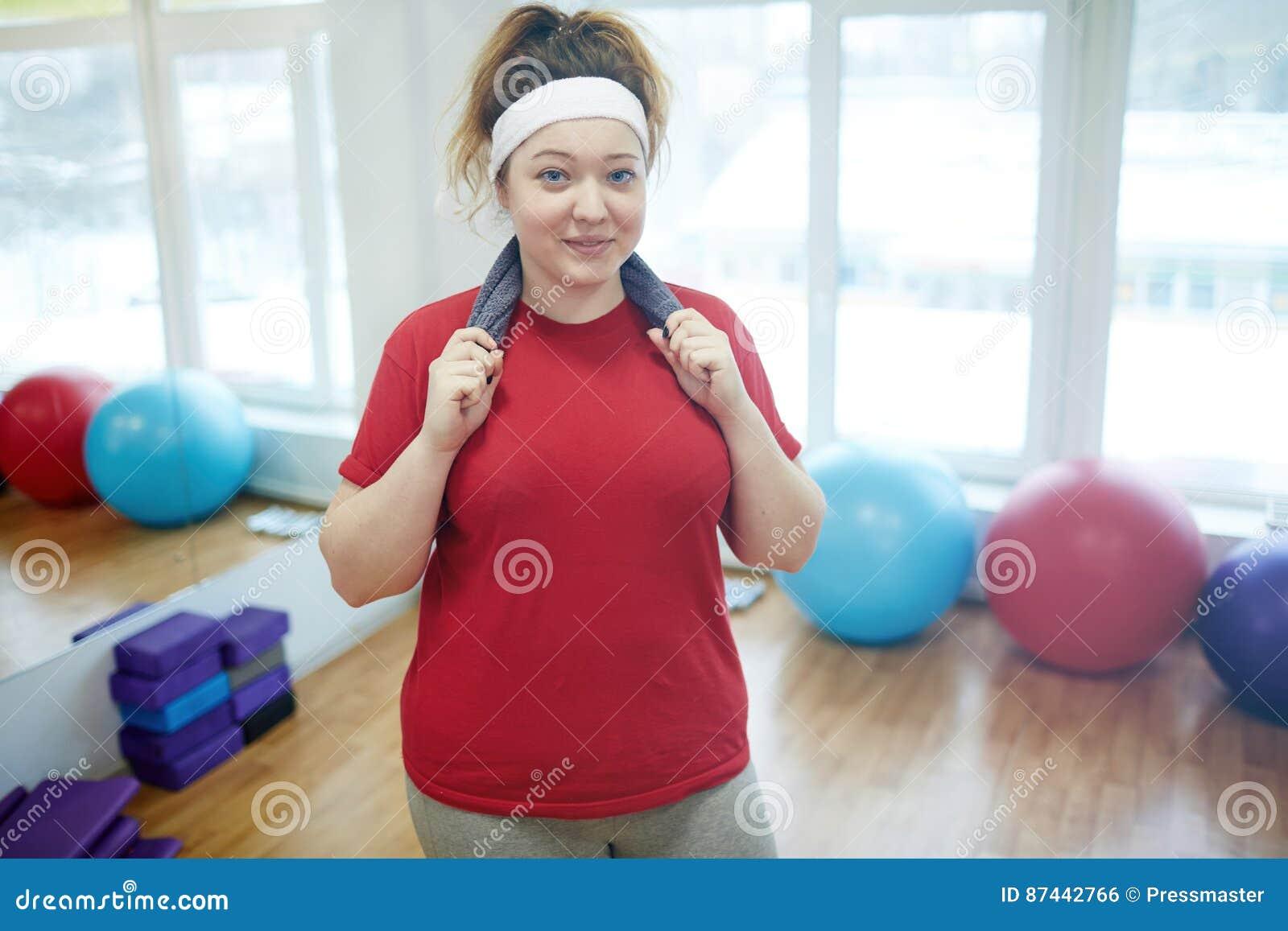 Donna obesa sorridente dopo l allenamento nello studio di forma fisica