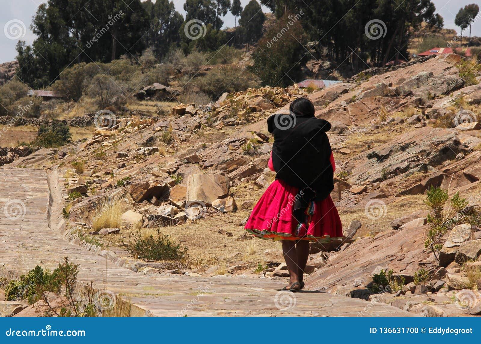 Donna peruviana in abbigliamento tradizionale