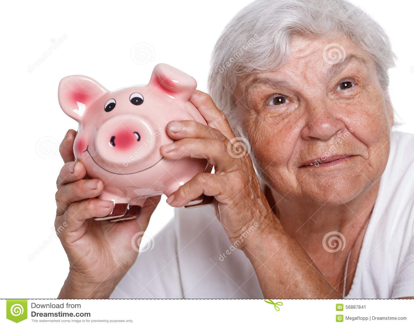 Donna più anziana che scuote porcellino salvadanaio divertente