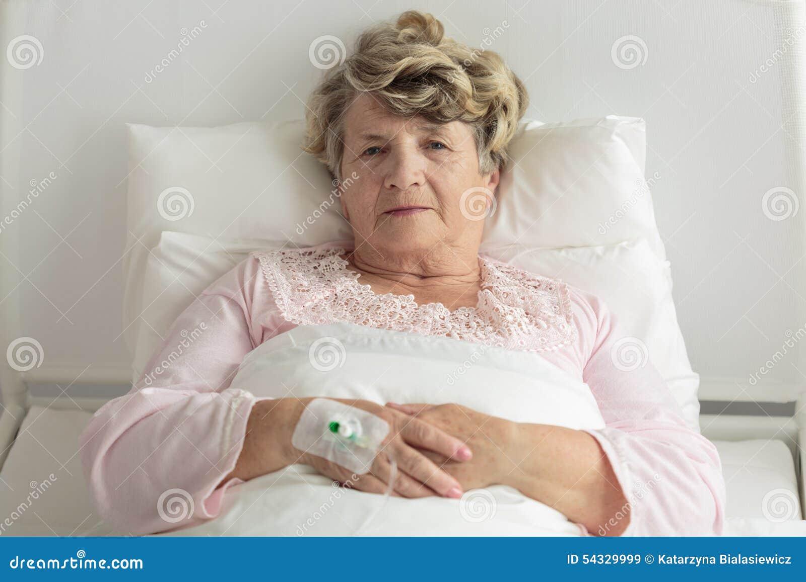 Donna più anziana con IV il gocciolamento