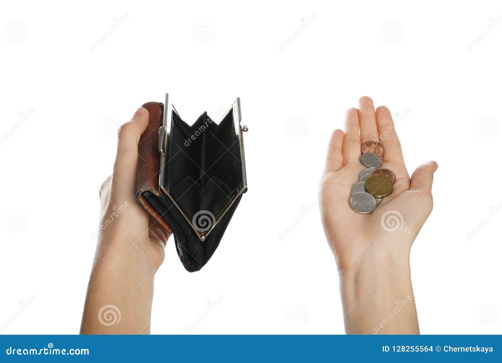 Donna povera che tiene portafoglio e le monete vuoti