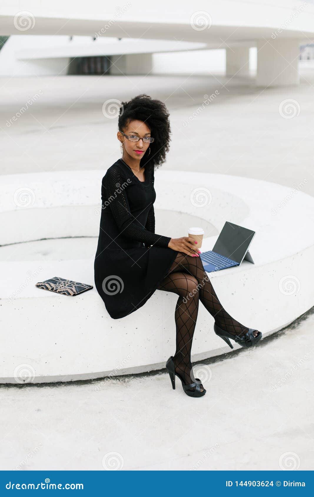 Donna Professionale Dei Giovani Capelli Alla Moda Di Afro ...