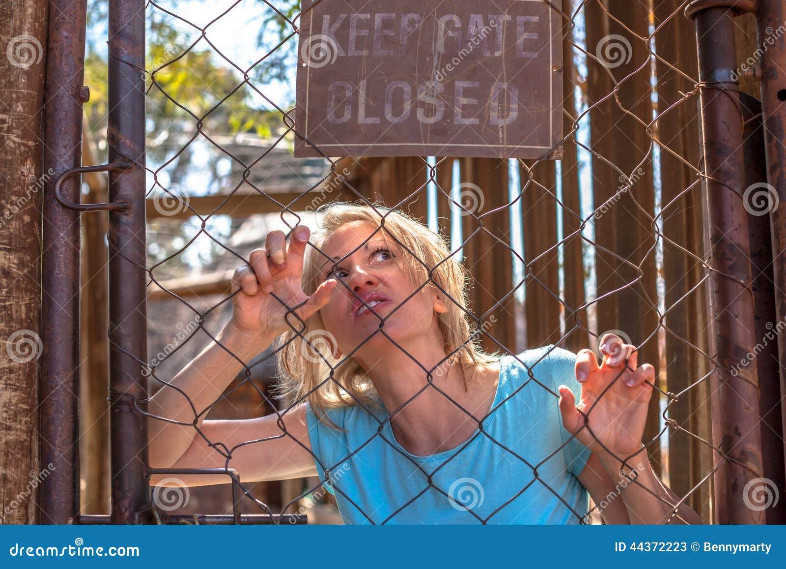 Donna psicotica nella gabbia