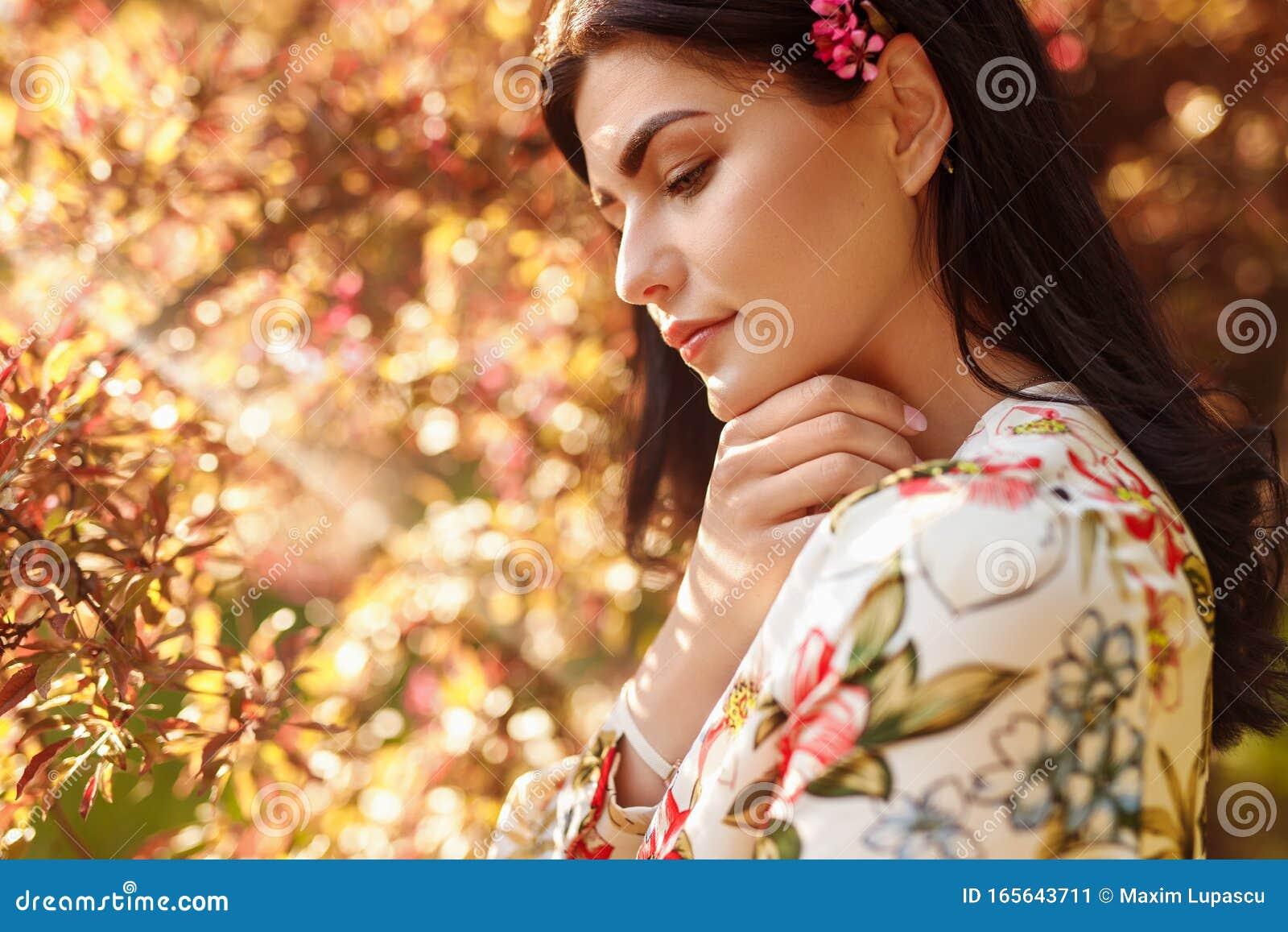 Donna Pura Con Fiore Dietro L'orecchio Al Caldo Sole ...