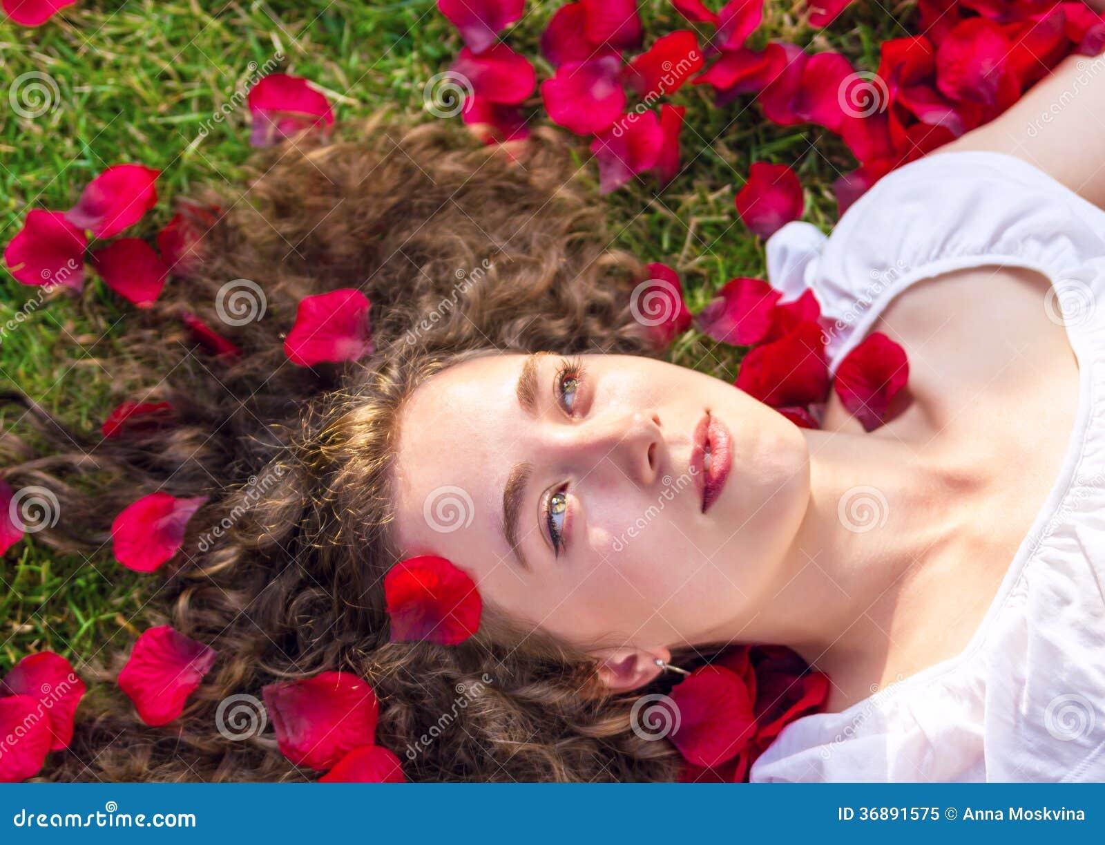 Download Donna Romantica In Petali Rosa Immagine Stock - Immagine di petalo, bellezza: 36891575