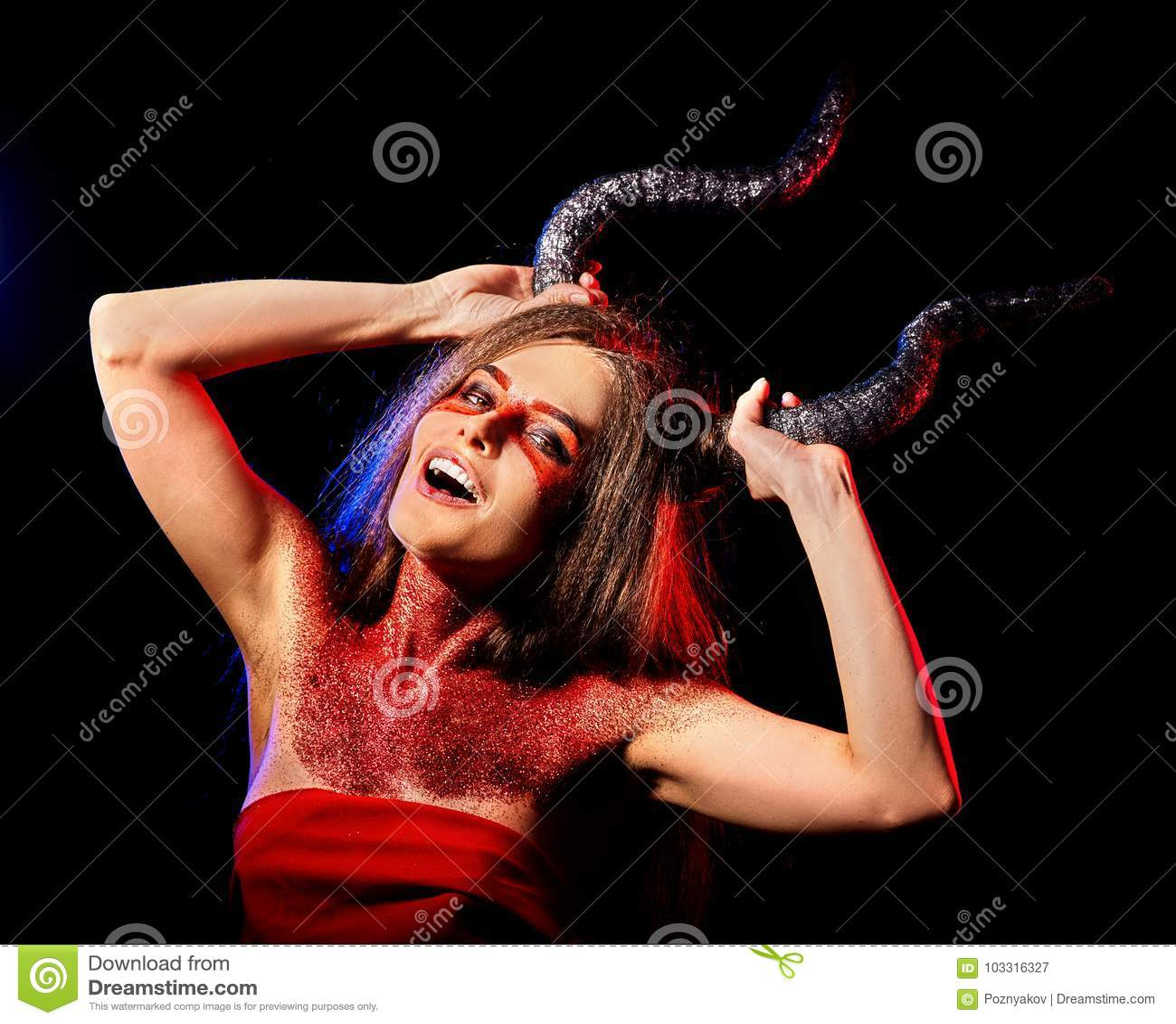 Donna satan pazza rituale di magia nera nell inferno su Halloween