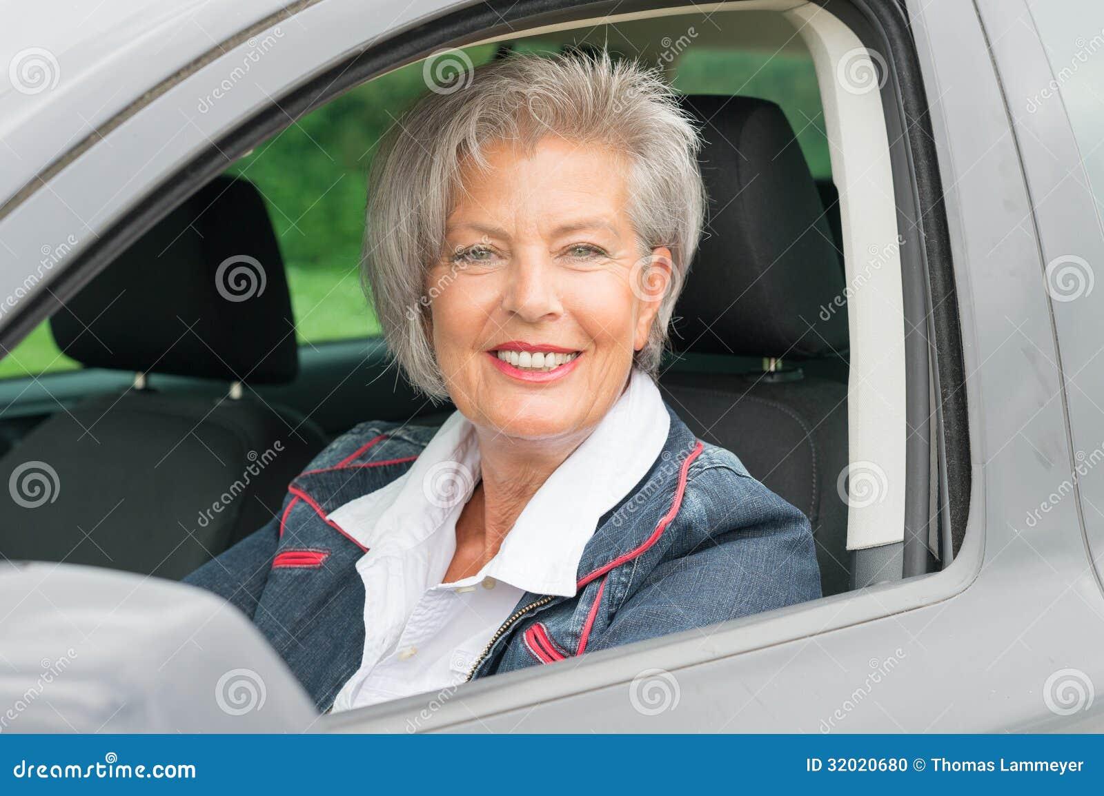Donna senior in automobile