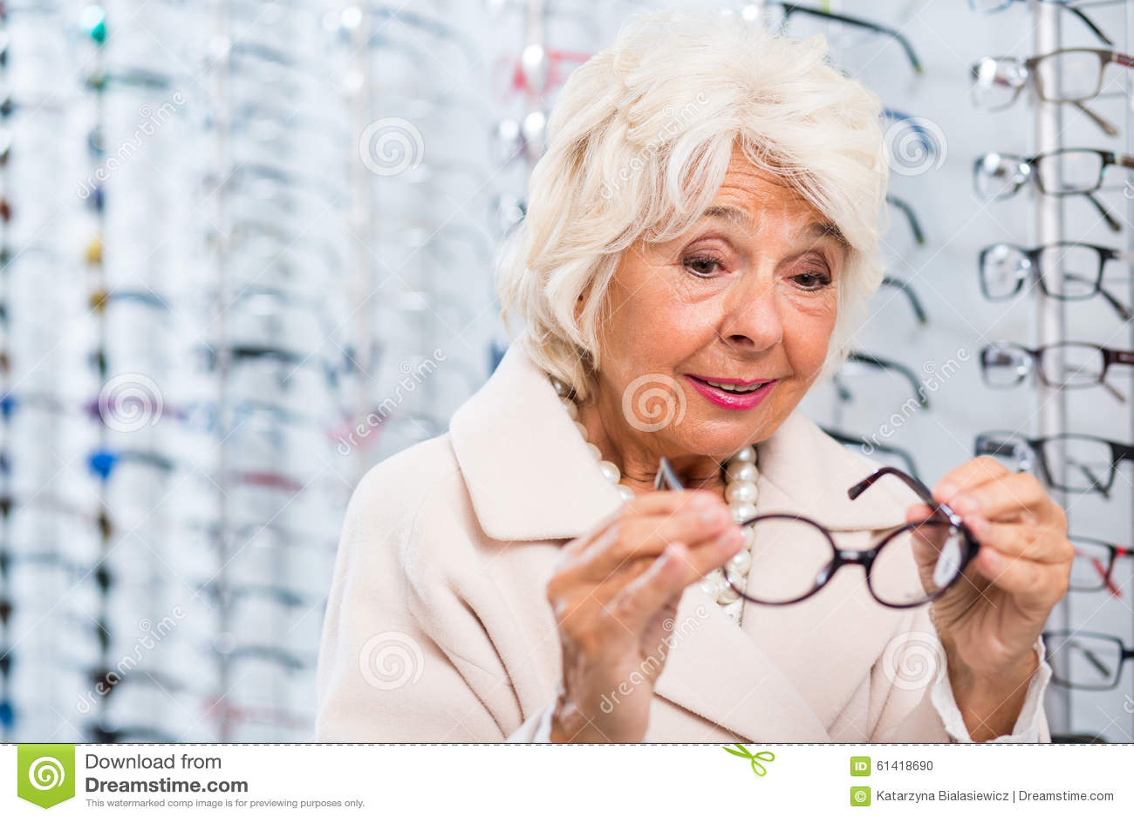 Donna senior che prova sugli occhiali