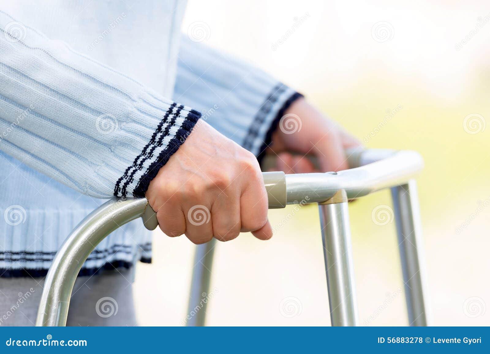 Donna senior che usando un camminatore