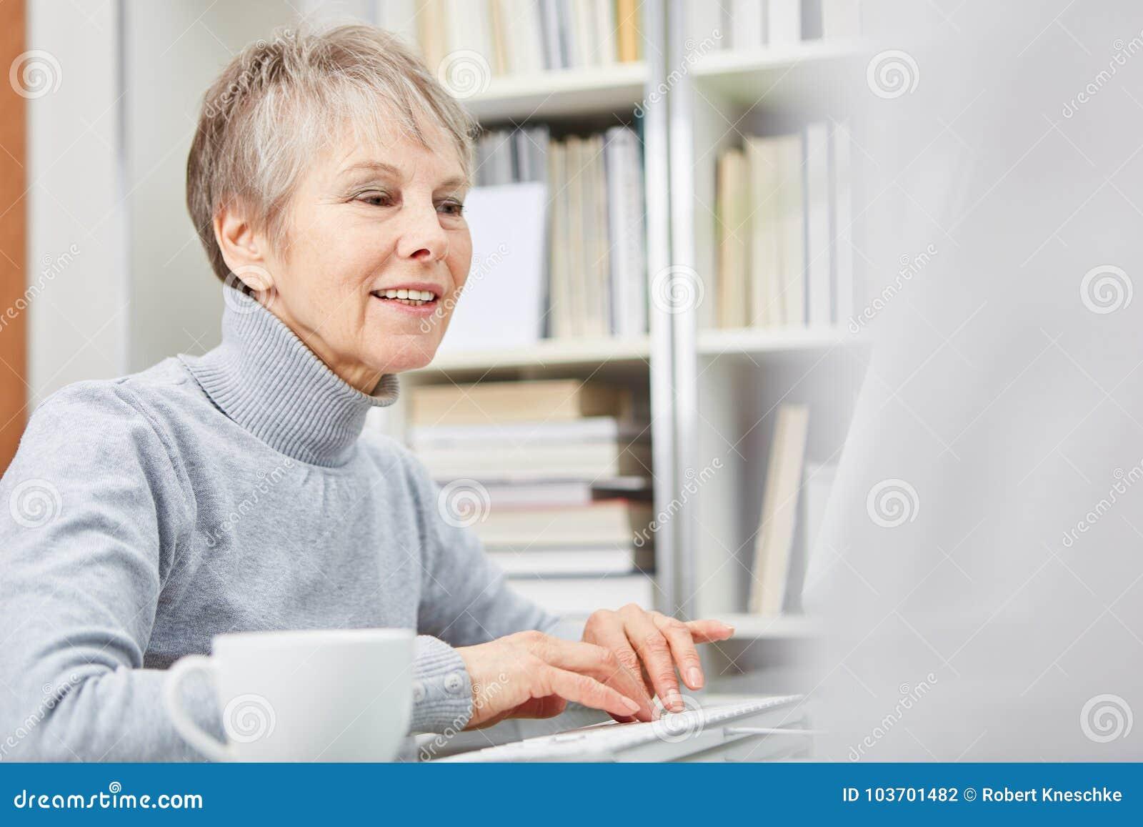 Donna senior con il computer