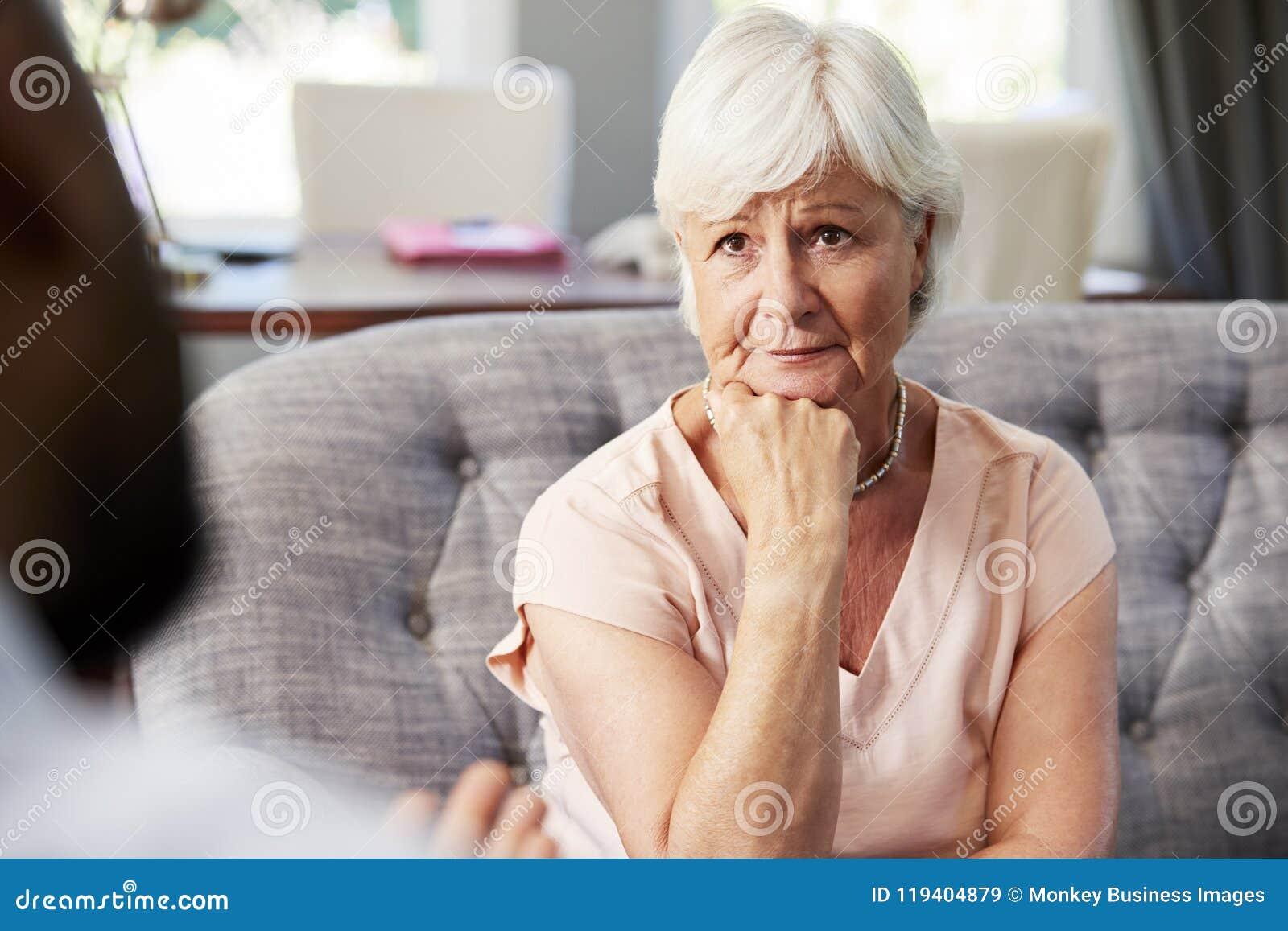 Donna senior depressa che ha terapia con lo psicologo