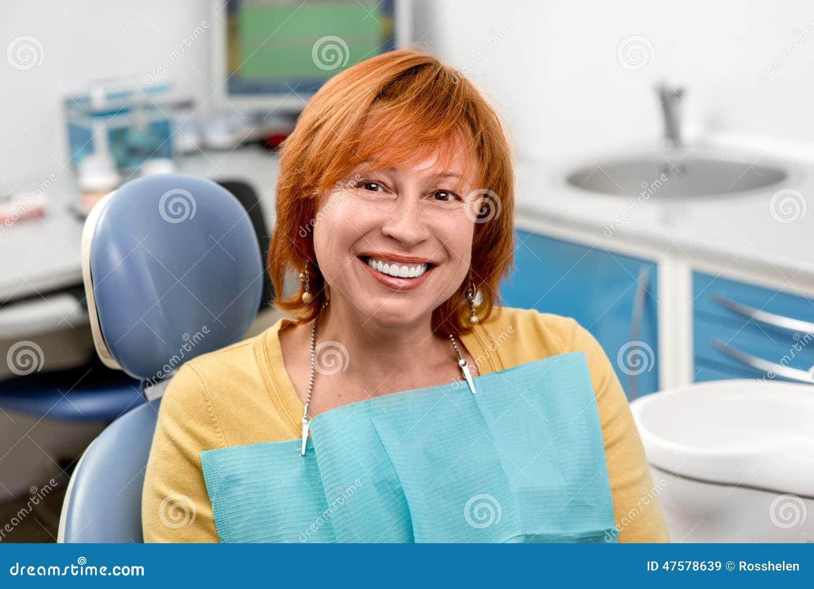 Donna senior nell ufficio dentario